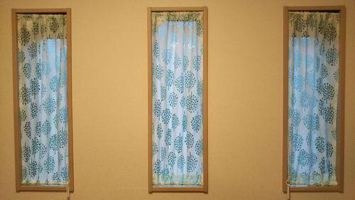 100均で作った細長いスリット窓用カーテン